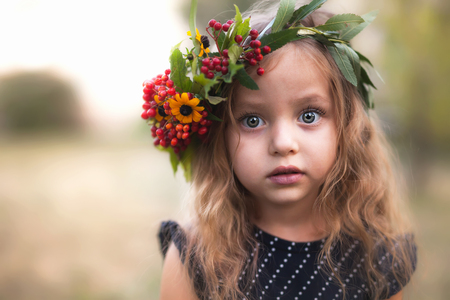 Sommerporträt im Freien des schönen glücklichen Kindes Standard-Bild