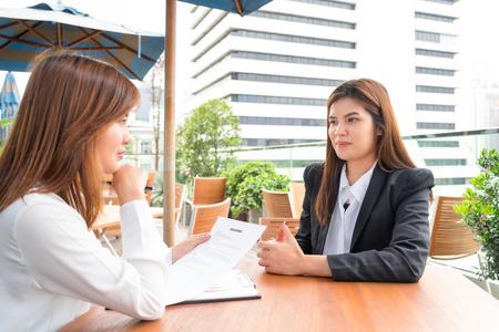 사업가 또는 관리자 인터뷰 개념 이력서와 그녀의 후보자 인터뷰 스톡 콘텐츠