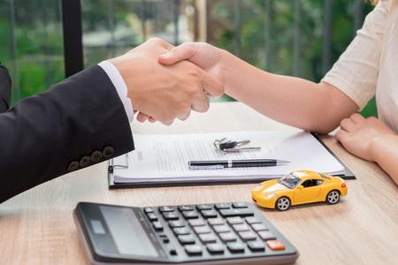 판매 남자 또는 자동차 융자 계약 후 여성과 악수 사업가 서명했다. 스톡 콘텐츠 - 78586223
