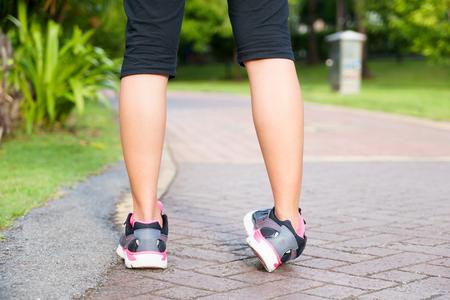 Sportowy kobieta zwichnięcie kostki podczas biegania lub jazdy w parku