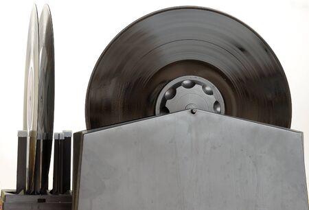 distilled: Pulizia, un vinile sporco con una soluzione di acqua distillata, alcool isopropilico, utilizzando una padella e strumento dedicato Archivio Fotografico