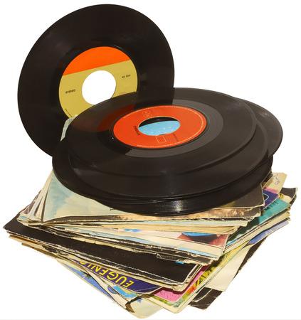 Una pila di 45 giri dischi in vinile usati e sporchi, anche se in buone condizioni
