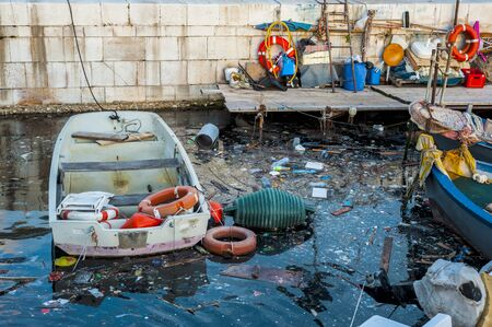 contaminacion del medio ambiente: La basura en el mar del puerto de Bari - Apulia, Medio Ambiente  Contaminaci�n del Agua