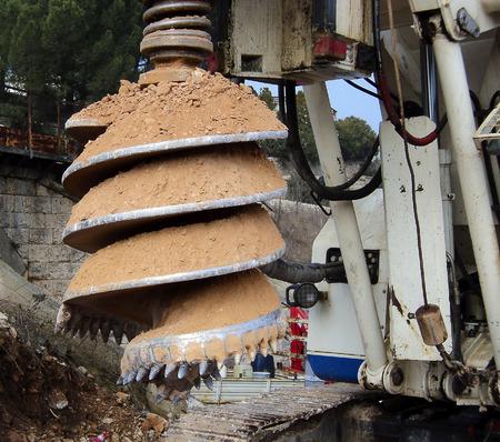 trabajador petroleros: Detalle de la m�quina de perforaci�n agujeros aburridos en tierra durante las obras viales de la construcci�n