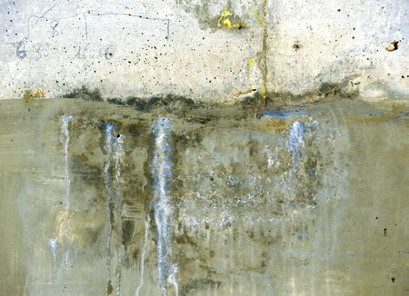 building feature: infiltrations of water in a concrete wall through a cracking