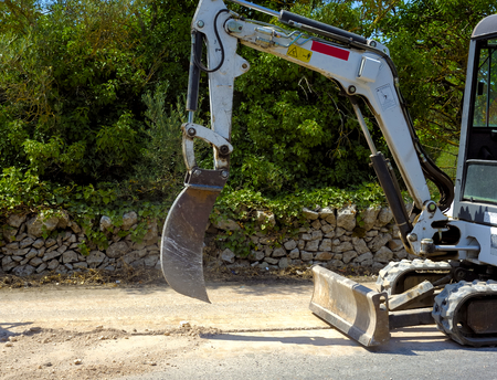 dig: Mini excavator dig a trench with a bucket micro very tight