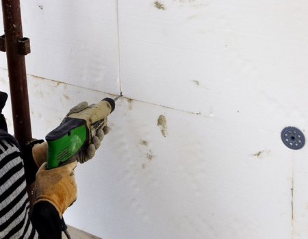 steeplejack: Thermal insulation walls, fixing with dowels in plastic sheets of styrofoam.