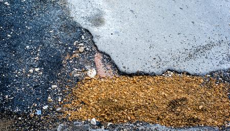 empedrado: carretera pavimentada en una ciudad interesado por la construcción de tuberías subterráneas Foto de archivo
