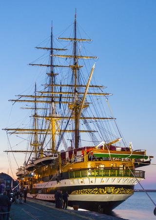 """caravelle: Bari, Italie - 7 mai 2016: Caravel """"Amerigo Vespucci"""" dans le port de Bari Pendant les fêtes de Saint-Nicolas. Pouilles - Italie Éditoriale"""