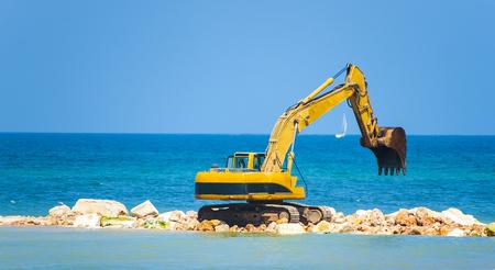 construction de la jetée avec une excavatrice lourde