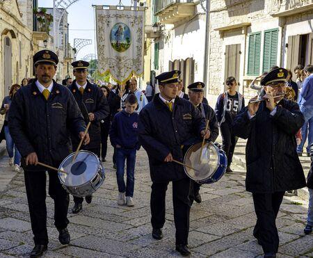 Terlizzi, ITALIA - 23 april 2017: A small band accompanies the procession in a small village in the Apulia countryside. Terlizzi - Italy
