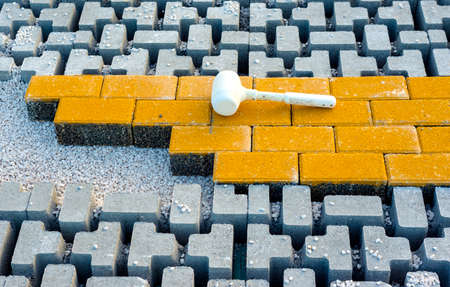 Rubber hammer for the laying of the floor resting on the pavement with self-locking after use Standard-Bild