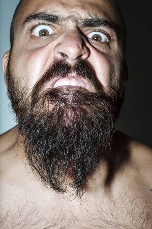 enojo: Hombre con barba con expresiones alarmantes de c�lera Foto de archivo