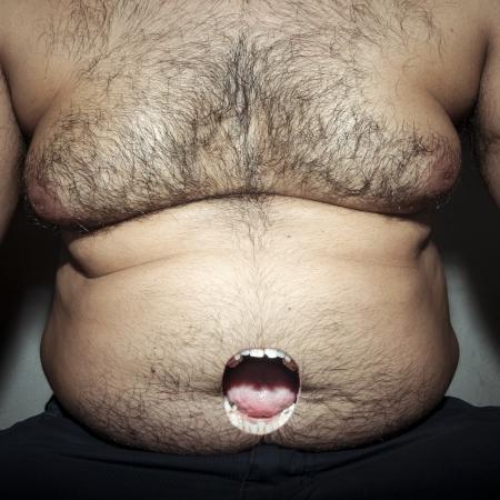 hombre sucio: grasa del vientre monstruoso del hombre sucio con la boca abierta polilla