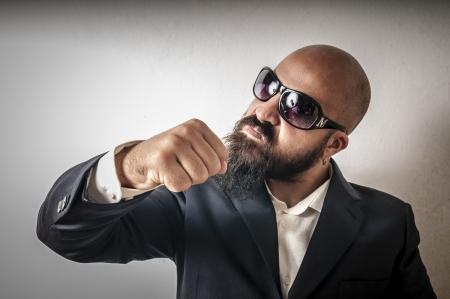 guardaespaldas: bouncer con la chaqueta y gafas de sol sobre fondo blanco