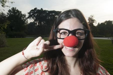 nariz roja: payaso con nariz roja chica en el parque en Mil�n