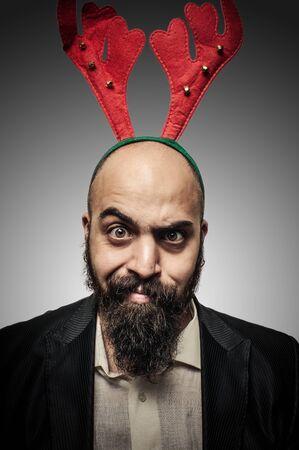 hombre con barba: navidad barba con expresiones divertidas sobre fondo gris