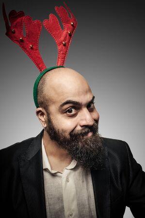 bärtiger mann: Weihnachten b�rtiger Mann mit lustigen Ausdr�cke auf grauem Hintergrund