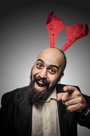 bärtiger mann: positive Weihnachten b�rtiger Mann mit lustigen Ausdr�cke auf grauem Hintergrund
