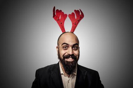 hombre con barba: Navidad sonriente hombre de barba con expresiones divertidas sobre fondo gris