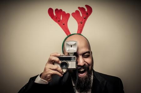 hombre con barba: christmas barbudo hombre con la c�mara vieja sobre fondo gris