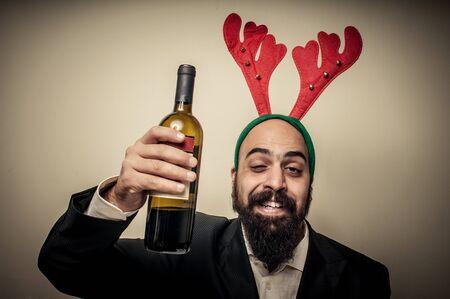 weihnachtsmann lustig: drunk modernen, eleganten santa claus babbo natale auf grauem Hintergrund Lizenzfreie Bilder