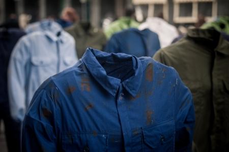 alarming: MILAN, Italia - 23 de abril instalaci�n art�stica de Gianfranco Angelico Benvenuto en Mil�n en abril, 23 de 2012 Instalaci�n 100 Sogni morti sul lavoro expuesto en honor del muerto sobre el trabajo en Mil�n Piazza Duomo