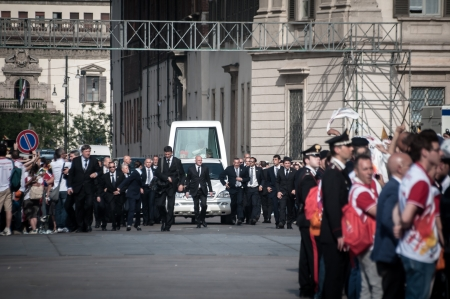 papal audience: MILAN, ITALY - JUNE 1  Pope Benedict XVI in Milan JUNE 1, 2012  Pilgrims arrive in Milan from all around the world for the Pope Benedict XVI s visit