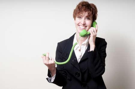 phone handset: successo di breve business woman capelli usando il telefono verde portatile su sfondo bianco Archivio Fotografico