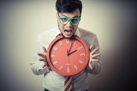 reloj de pared: negocios divertido con el reloj de pared sobre fondo gris