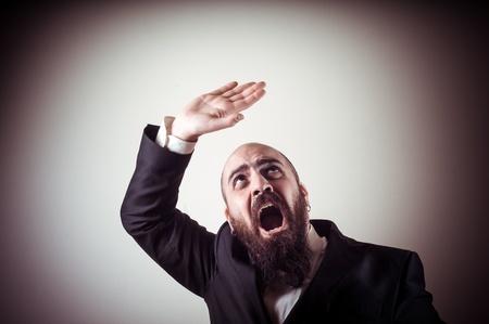 hombre con barba: divertido hombre barbudo elegante miedo en el fondo vi?s