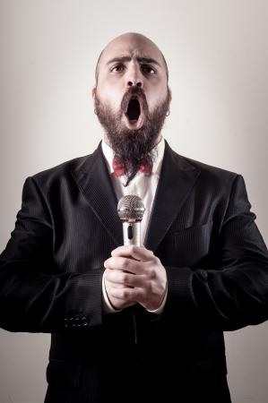 persona cantando: cantante divertido elegante barbudo en el fondo vi?etas