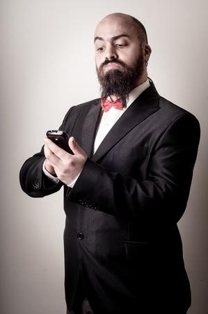hombre con barba: divertido hombre barbudo elegante en el tel�fono en el fondo vi�etas Foto de archivo