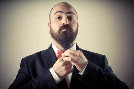 비네팅 배경에 재미 우아한 수염을 기른 사람이 감동 수염