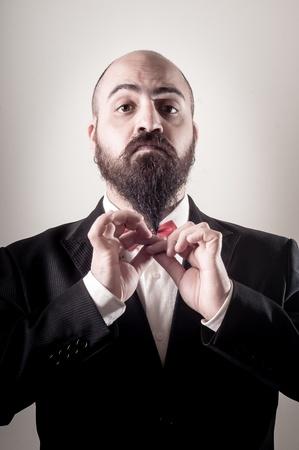 hombre con barba: divertido hombre barbudo elegante tocar barba en el fondo vi?etas Foto de archivo