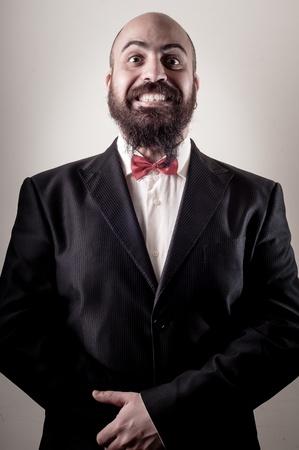 hombre con barba: divertido hombre barbudo elegante en el fondo vi?etas Foto de archivo