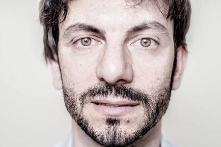 bärtiger mann: Nahaufnahme Portr�t des b�rtigen Mannes auf wei�em Hintergrund Lizenzfreie Bilder