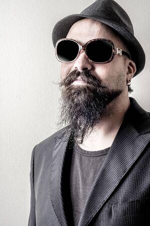 우아한 수트로 긴 턱수염과 콧수염 힙 스터