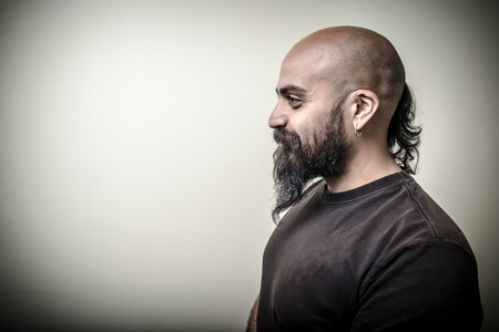 hombre con barba: hombre barbudo perfil aislado en fondo gris
