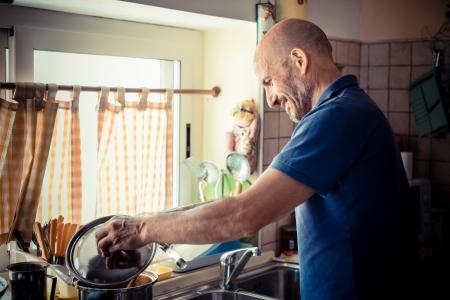 Mann mittleren Alters zu Hause kochen
