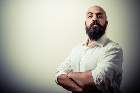 hombre barba: barba y bigote largo hombre con camisa blanca aislada en gris