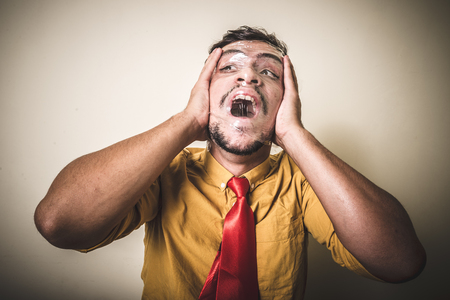 suffocating: uomo che soffoca con la plastica su sfondo bianco