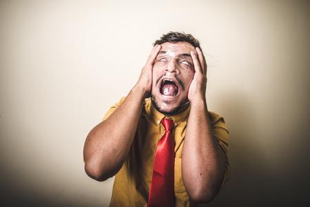 suffocating: soffocante uomo con la plastica su sfondo bianco