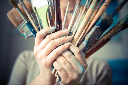 pintor: hermosa mujer rubia pintor en su estudio Foto de archivo