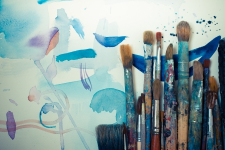 abstract brushes and paint in atelier Stockfoto