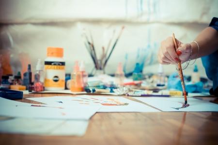 그녀의 스튜디오에서 아름다운 금발의 여자 화가