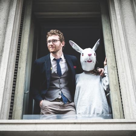 lapin: homme de cheval avec une femme de lapin est apparu à la fenêtre
