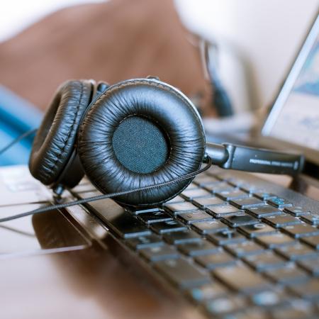 audifonos: auriculares en port�til despu�s de mezclar m�sica