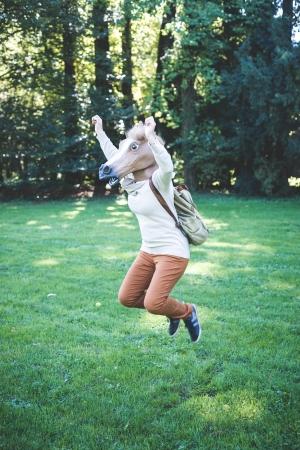 femme et cheval: jeune hippie femme de cheval de masque � l'automne for�t