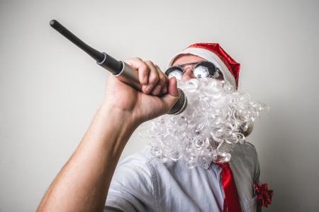 persona cantando: Pap� Noel divertido Babbo natale cantando en el fondo blanco